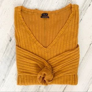 NWOT Urban Outfitters Ribbed V-Neck Sweater Gold L